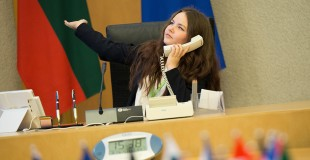 """Projektas """"Moksleiviai į Vyriausybę"""" kviečia spręsti jaunimo emigracijos problemas"""