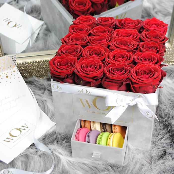 Raudonos rožės aksominėje dėžutėje su macaroonsais 3